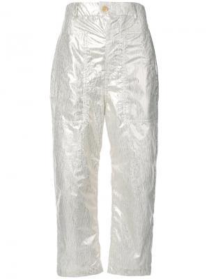 Укороченные брюки Julien David. Цвет: металлический