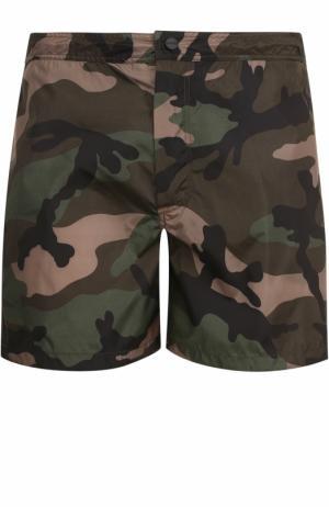 Плавки-шорты с камуфляжным принтом Valentino. Цвет: хаки