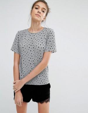 Glamorous Плиссированная футболка в горошек. Цвет: серый