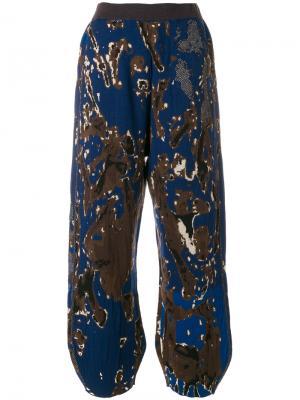 Присборенные брюки с камуфляжным принтом Boboutic. Цвет: синий