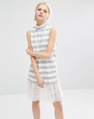 I Love Friday Полосатое платье без рукавов с высокой горловиной и кружевной отделкой. Цвет: белый
