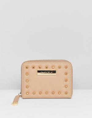 Carvela Мини-кошелек с заклепками Abi. Цвет: бежевый