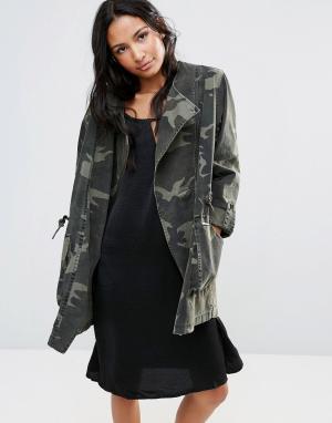 Parka London Асимметричная куртка с камуфляжным принтом Ester. Цвет: зеленый