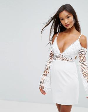 Girl In Mind Платье мини с кружевными вставками и открытым плечами. Цвет: белый