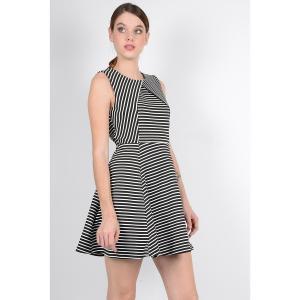 Платье расклешенное короткое без рукавов MOLLY BRACKEN. Цвет: в полоску черный/белый