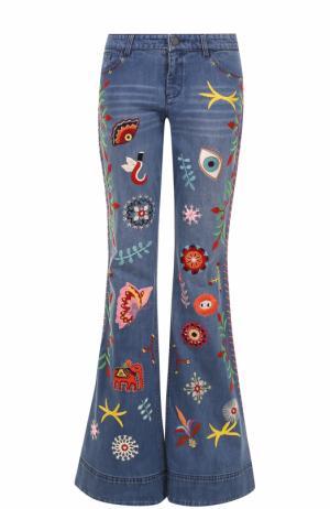 Расклешенные джинсы с потертостями и вышивкой Alice + Olivia. Цвет: разноцветный
