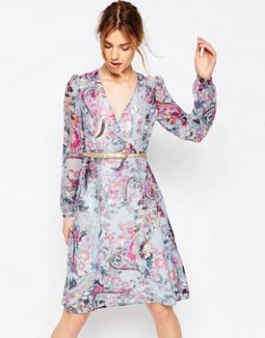 Uttam Boutique Платье с длинными рукавами, принтом пейсли и запахом. Цвет: синий