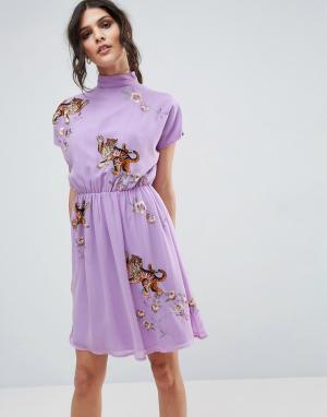 ASOS Чайное платье с открытой спиной и вышивкой тигра PREMIUM. Цвет: фиолетовый
