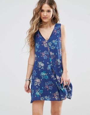 Honey Punch Платье-трапеция с цветочным принтом и V-образным вырезом. Цвет: синий