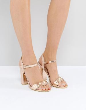 Public Desire Розово-золотистые босоножки на каблуке с отделкой искусственным жемчуг. Цвет: золотой