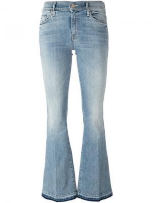Расклешенные джинсы с потертой отделкой Mother. Цвет: синий
