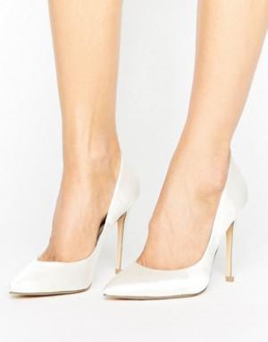 Faith Белые атласные туфли-лодочки с острым носом Chloe. Цвет: белый