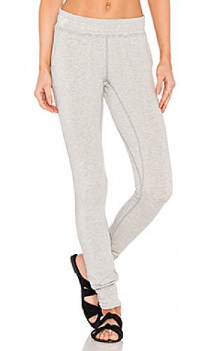Свободные брюки shadow box Haute Body. Цвет: серый