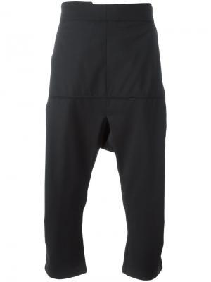 Укороченные брюки со складками Odeur. Цвет: чёрный