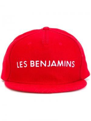 Кепка с вышитым логотипом Les Benjamins. Цвет: красный