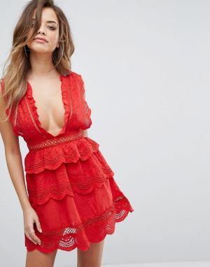 PrettyLittleThing Кружевное приталенное платье. Цвет: красный