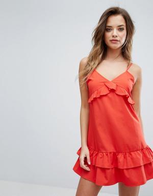 PrettyLittleThing Платье на бретелях с оборками. Цвет: красный