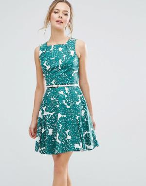 Closet London Короткое приталенное платье с ремешком и принтом роз. Цвет: зеленый