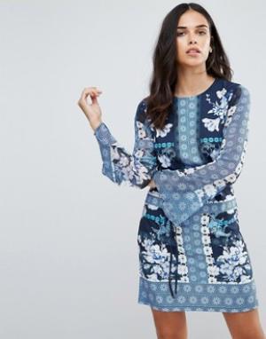 Jessica Wright Цельнокройное платье с цветочным принтом. Цвет: синий