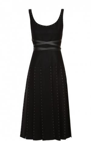 Приталенное платье с заклепками и юбкой в складку Valentino. Цвет: черный