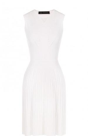 Приталенное мини-платье с плиссированной юбкой Versace. Цвет: белый