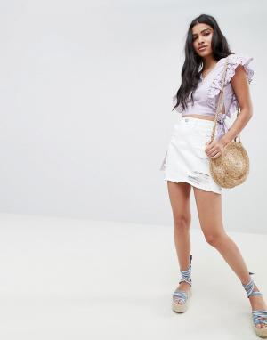 Glamorous Состаренная джинсовая мини-юбка с необработанным краем. Цвет: белый