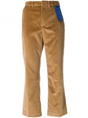 Расклешенные укороченные брюки The Gigi. Цвет: коричневый