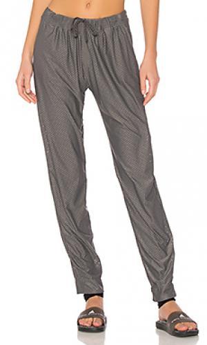 Сеточные брюки deep vibes Maaji. Цвет: серый