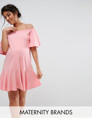 Queen Bee Платье с широким вырезом и оборками. Цвет: розовый