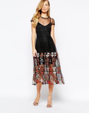 Body Frock Черное платье с вышивкой Delilah. Цвет: черный