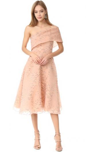 Платье с открытым плечом Lela Rose. Цвет: ракушка