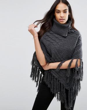 Lipsy Вязаное пончо с узором косичка и кисточками. Цвет: серый