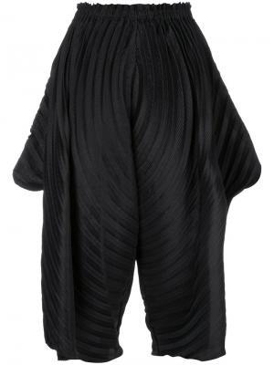 Укороченные брюки клеш Issey Miyake. Цвет: чёрный