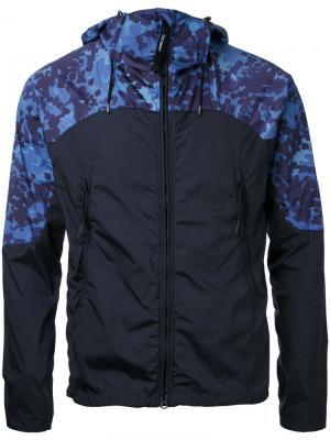 Куртка с капюшоном и принтом на плечах CP Company. Цвет: синий