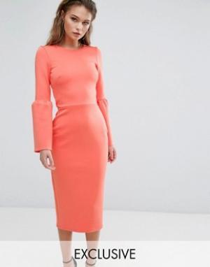 True Violet Платье миди со структурным рукавом-клеш. Цвет: мульти
