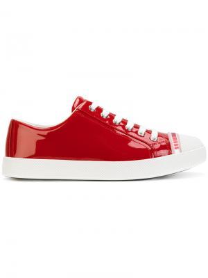 Кроссовки на шнуровке Prada. Цвет: красный