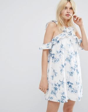 J.O.A Цельнокройное платье с открытыми плечами, оборкой и цветочным принтом. Цвет: белый
