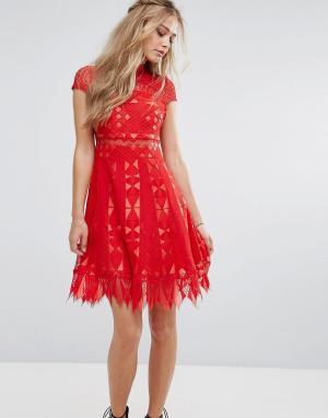 Foxiedox Кружевное короткое приталенное платье с полупрозрачной вставкой на тал. Цвет: красный