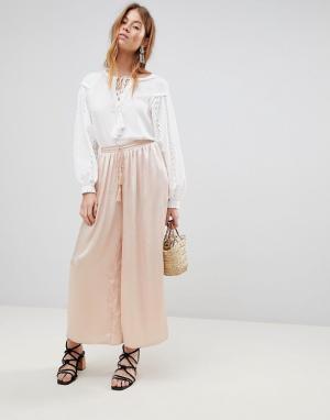 Glamorous Атласные брюки свободного кроя с кисточками на завязках. Цвет: розовый