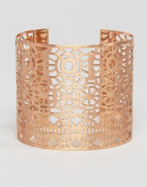 Pilgrim Массивный браслет-манжет с вырезом. Цвет: золотой