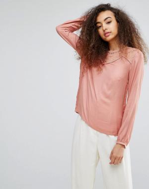 Soaked in Luxury Шелковистая блузка с кружевной вставкой. Цвет: розовый