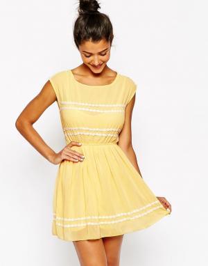 Lovestruck Платье с отделкой маргаритки Connie. Цвет: желтый