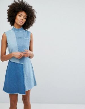Waven Джинсовое платье с высоким воротом и контрастными вставками. Цвет: синий