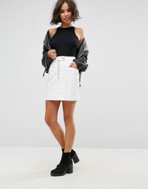 ASOS Виниловая мини-юбка с декоративными строчками. Цвет: белый
