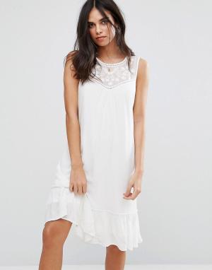 Soaked in Luxury Платье с узором. Цвет: белый
