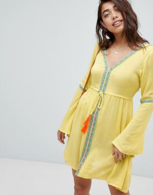 Anmol Желтое пляжное платье с глубоким вырезом и вышивками. Цвет: желтый