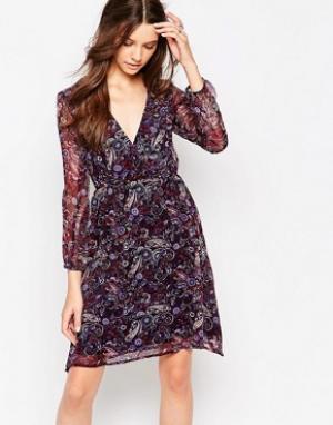 Diya Платье с длинными рукавами, запахом спереди и принтом пейсли. Цвет: фиолетовый