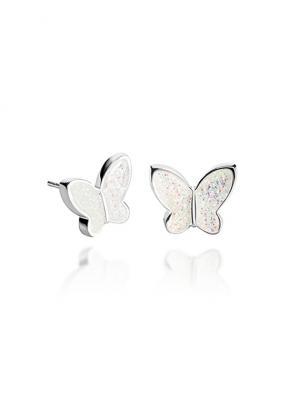 Гвоздики Невинность бабочки  в серебре Dragon Porter. Цвет: белый