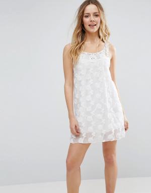 Jasmine Цельнокройное платье с фактурным цветочным узором. Цвет: белый
