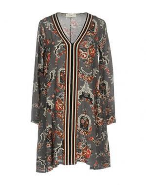 Короткое платье SUOLI. Цвет: свинцово-серый